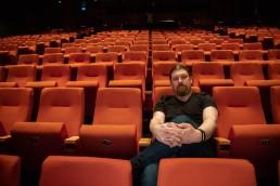 Christer Harøy sitter i kinosal