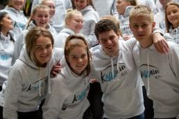 Elevene som arrangerer Kopparn opp med logogensere smiler