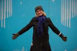 Kikki Stormo poserer foran en blå vegg