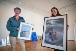 To damer som holder hver sine kunstmalerier