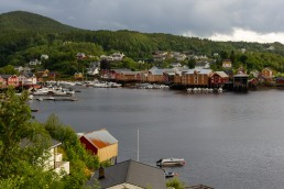 Oversiktsbilde fjell og fjord med bebyggelse