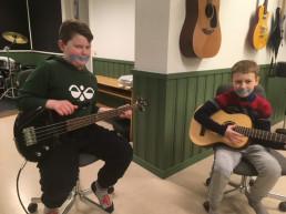 Foto av to elever ved Ørland kulturskole