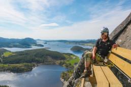 Foto av Andreas Dahl sittende på krakk i fjellveggen