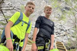 Foto av to gutter med klatreutstyr